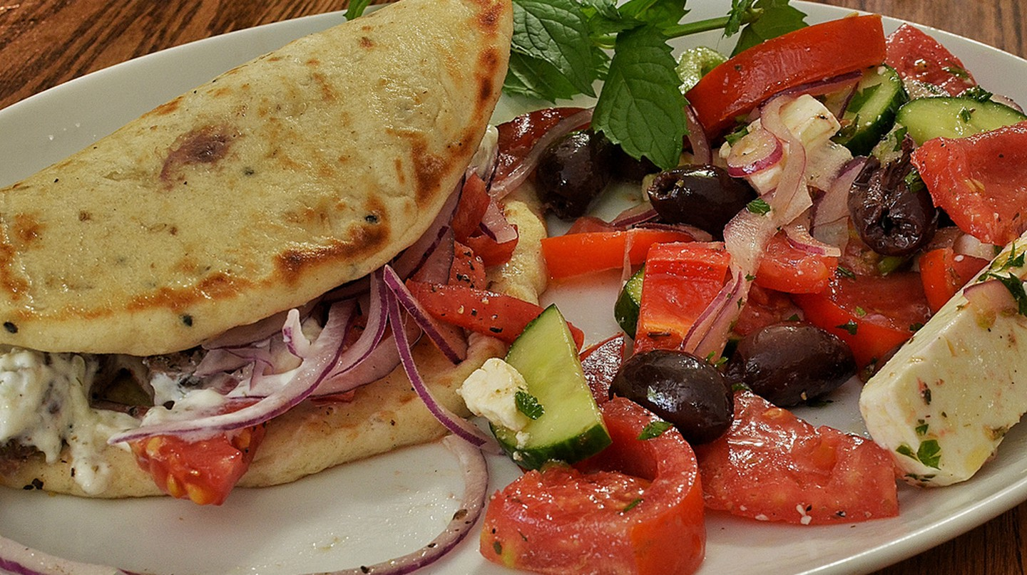 Gyro with Greek salad | © jeffreyw/Flickr