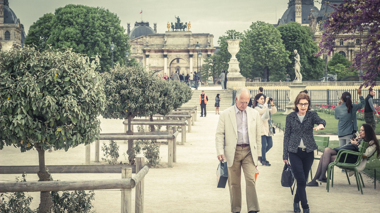 'Parisians' walking in a park │© Kristijonas Dirse