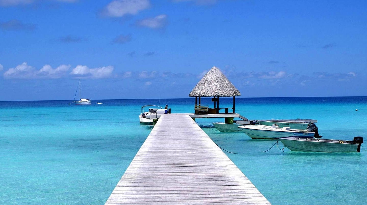 Pier and blue lagoon on Rangiroa Atoll, French Polynesia │© dany13
