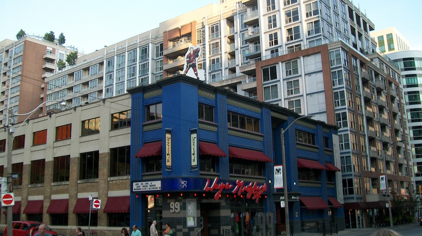 An exterior view of Wayne Gretzky's in Toronto | © WikiCommons