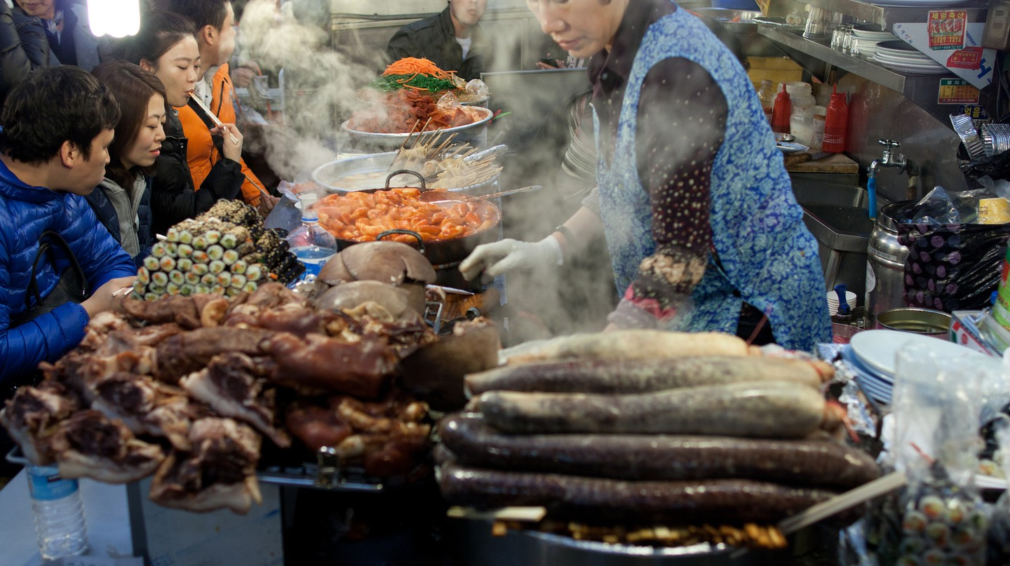 Experiencing the taste of Korea at a traditional market | © TomEats / Flickr