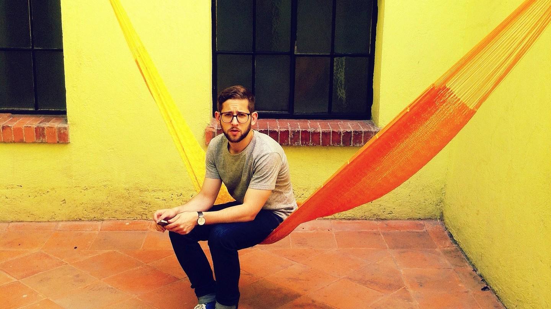 Man enjoying the hammock in a Mexico City hostel | © Peter Bjork/Flickr