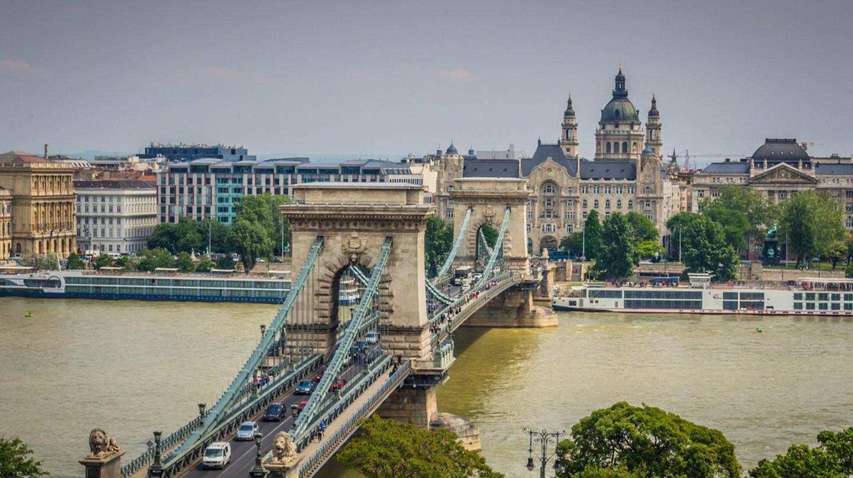 Chain Bridge from tram line bridge | © Randy Connolly / Flickr