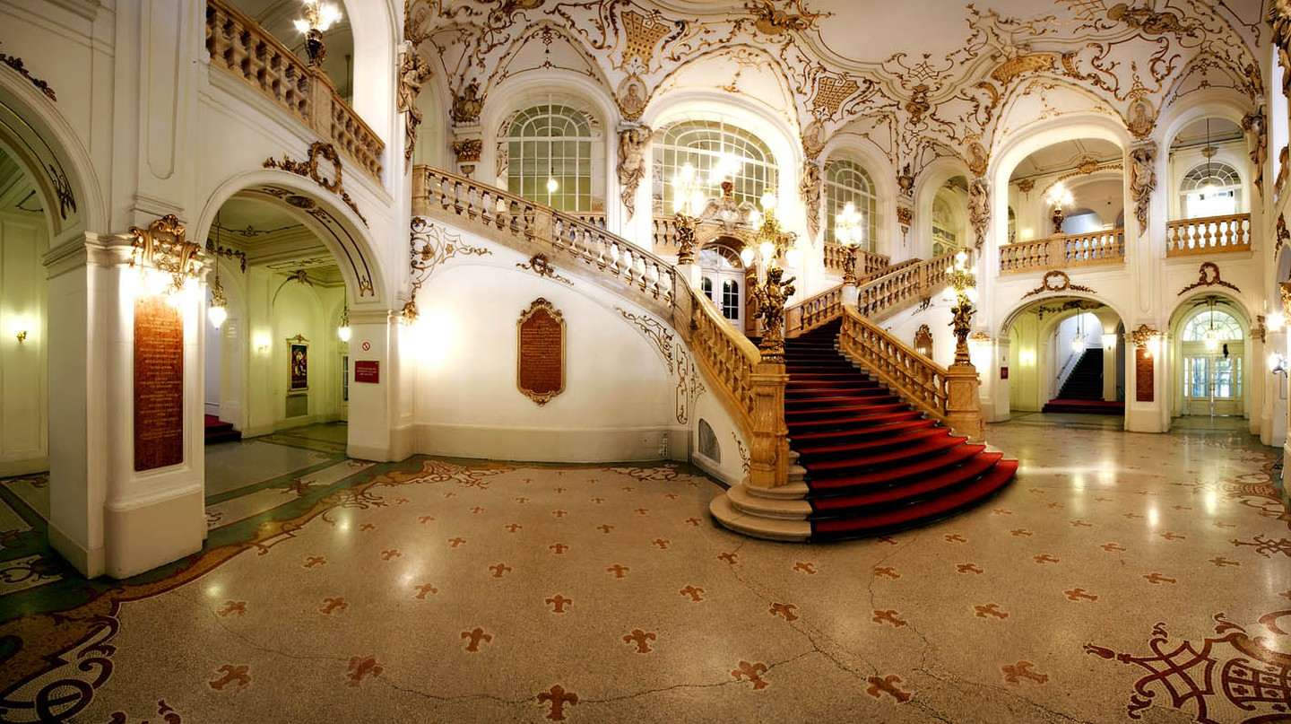 The staircase in the foyer of Graz's Opera House | WikiCommons