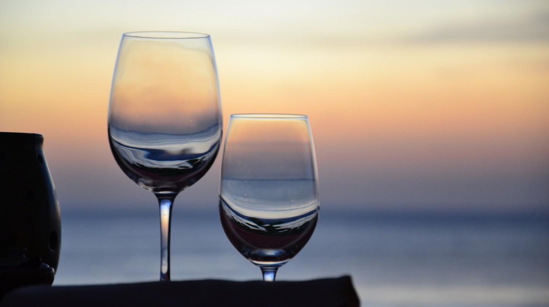 Wine glasses at sunset | ©Simon Sees / Flickr