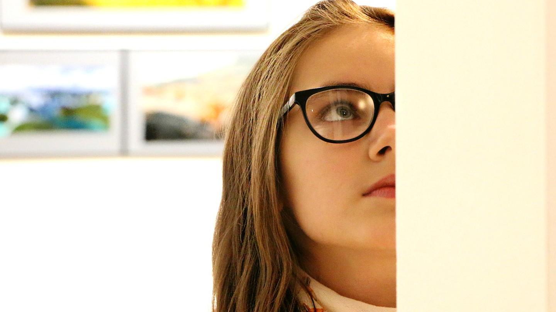 Girl looking at art © klimkin / Pixabay