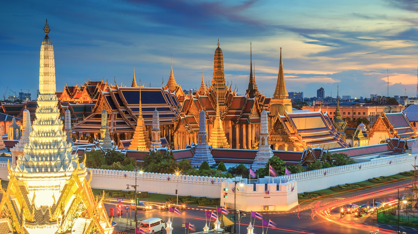 Grand palace and Wat phra keaw at sunset Bangkok, Thailand | © SOUTHERNTraveler / Shutterstock