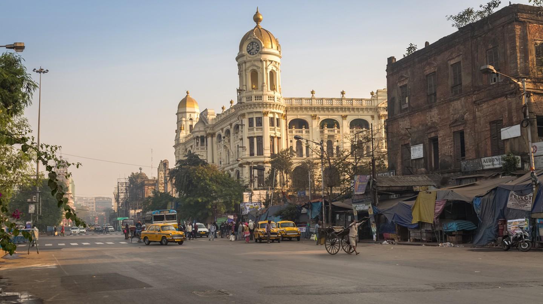 Indian city road at Esplanade Dharmatala Kolkata  © Roop_Dey/Shutterstock