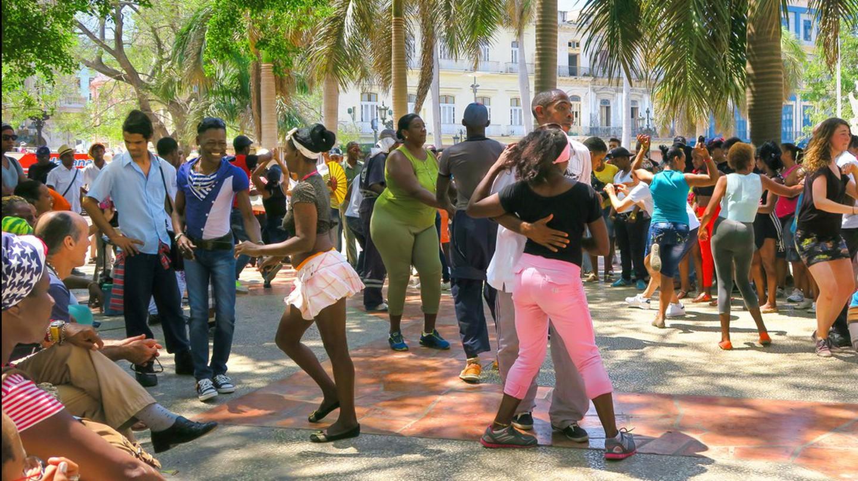 Salsa dancers on a street in Cuba| © Lesinka372/Shutterstock