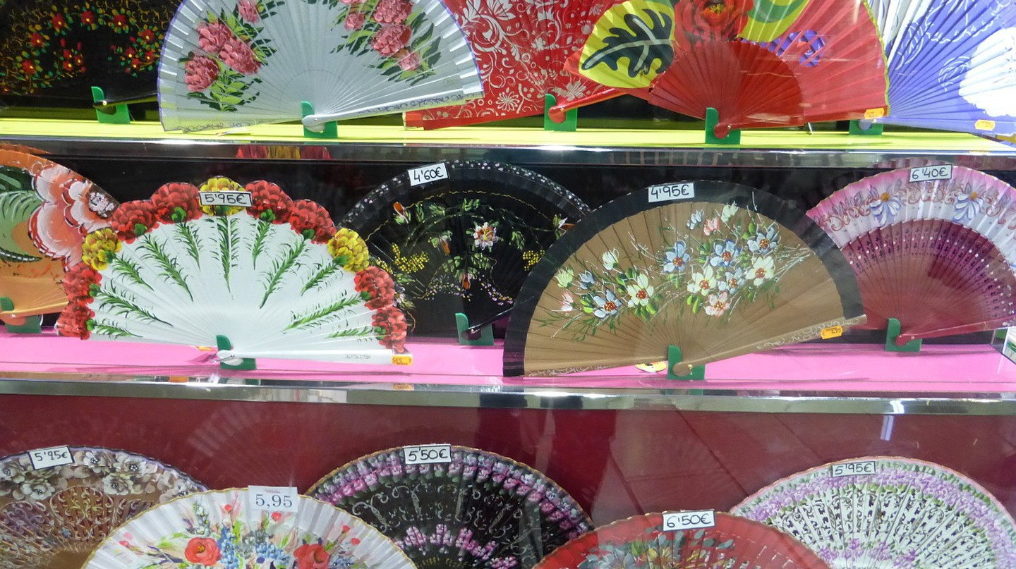 Flamenco-style fans are a great souvenir; pixabay