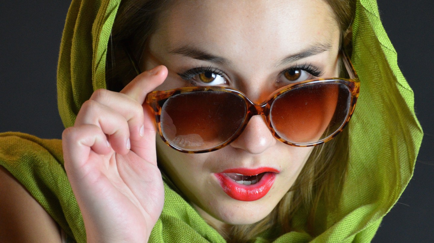 Woman wearing a scarf and sunglasses | ©BEP / Pixabay https://pixabay.com/en/sunglasses-cloth-face-person-84876/
