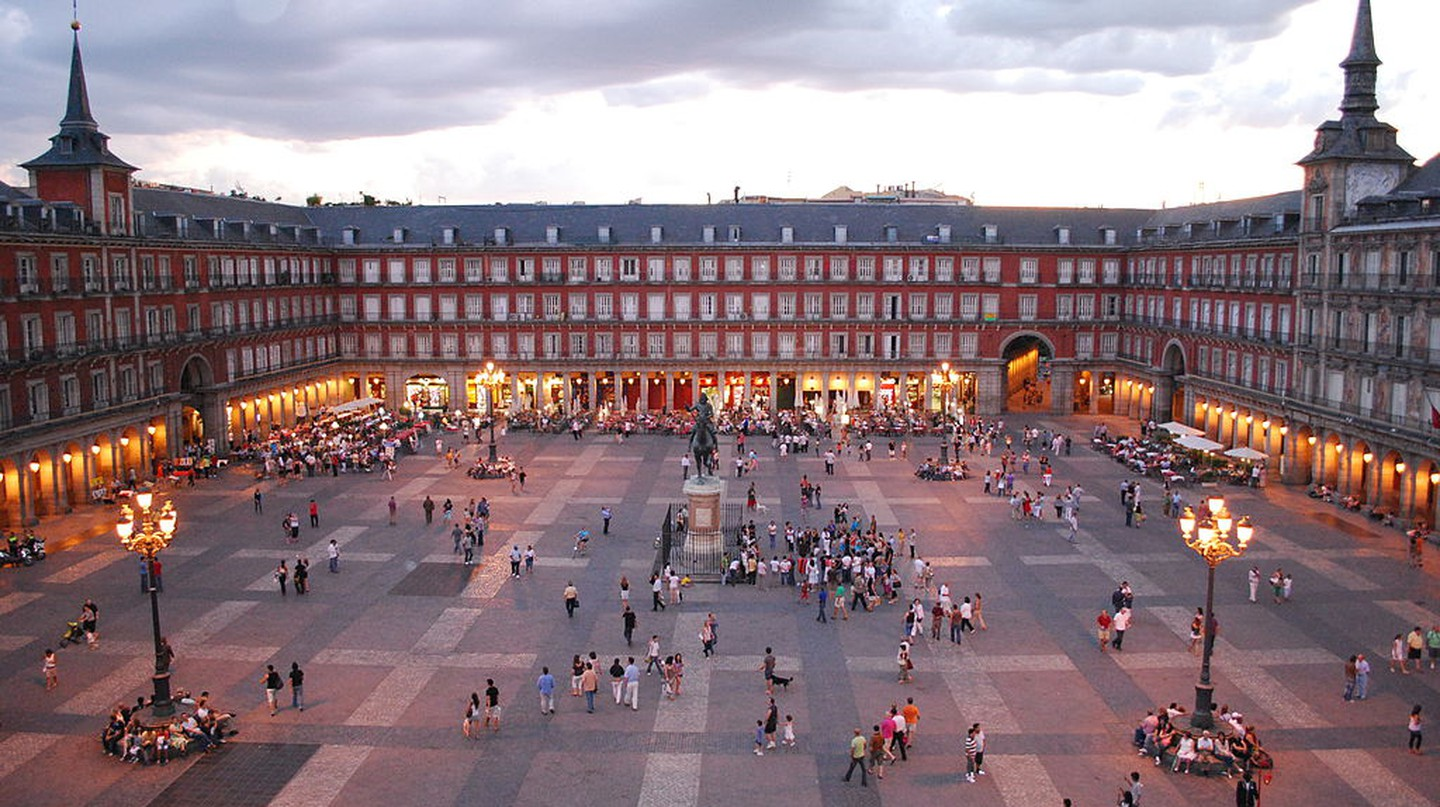 The Plaza Mayor at dusk | © Sebastian Dubiel/Wikipedia