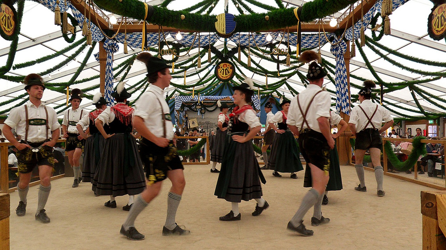 Dancers at Oktoberfest © digital cat /flickr