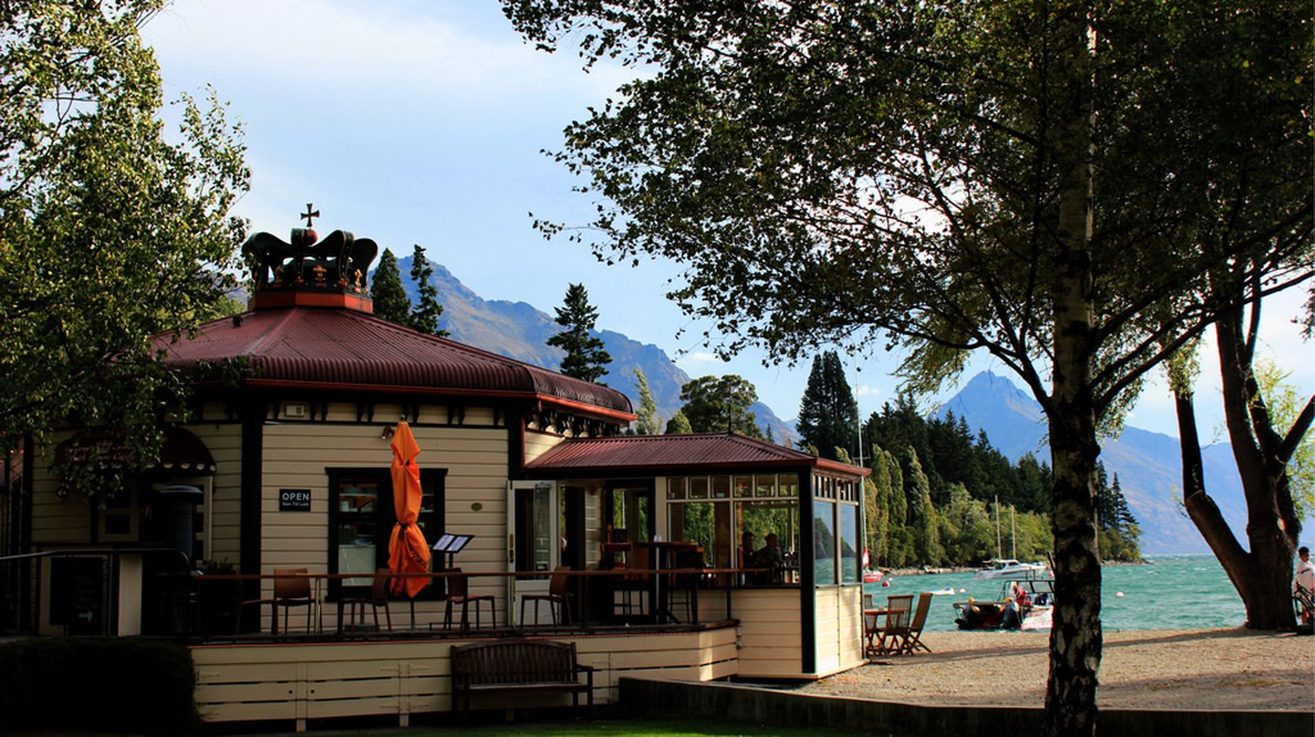 The Bathhouse, Marine Parade, Queenstown | © Peter Birchenough/Flickr