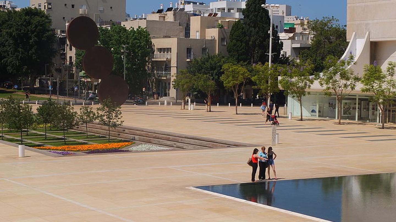 Tel Aviv's Habima Square (also called Culture Square) |© Meireliel, Wikipedia