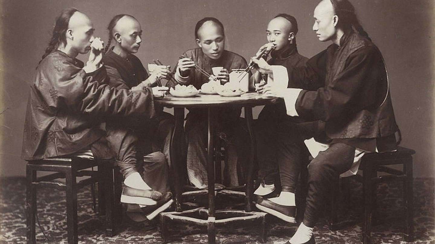 Qing dynasty men with 'queues' eating | © Wikimedia Commons