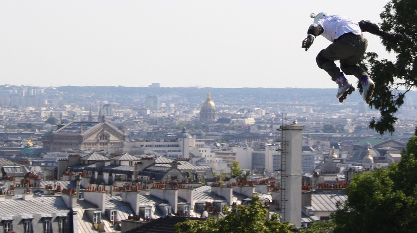 Extreme roller blader Taïg Khris setting a 29-meter record at the Sacré-Coeur │© ParisSharing / Flickr