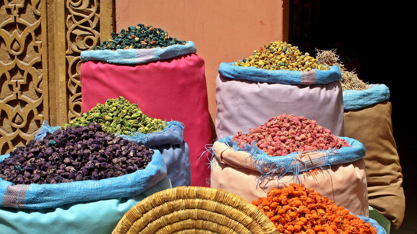 Spices in a Marrakesh souk, an essential ingredient in tanjia | © Eden G / Flickr