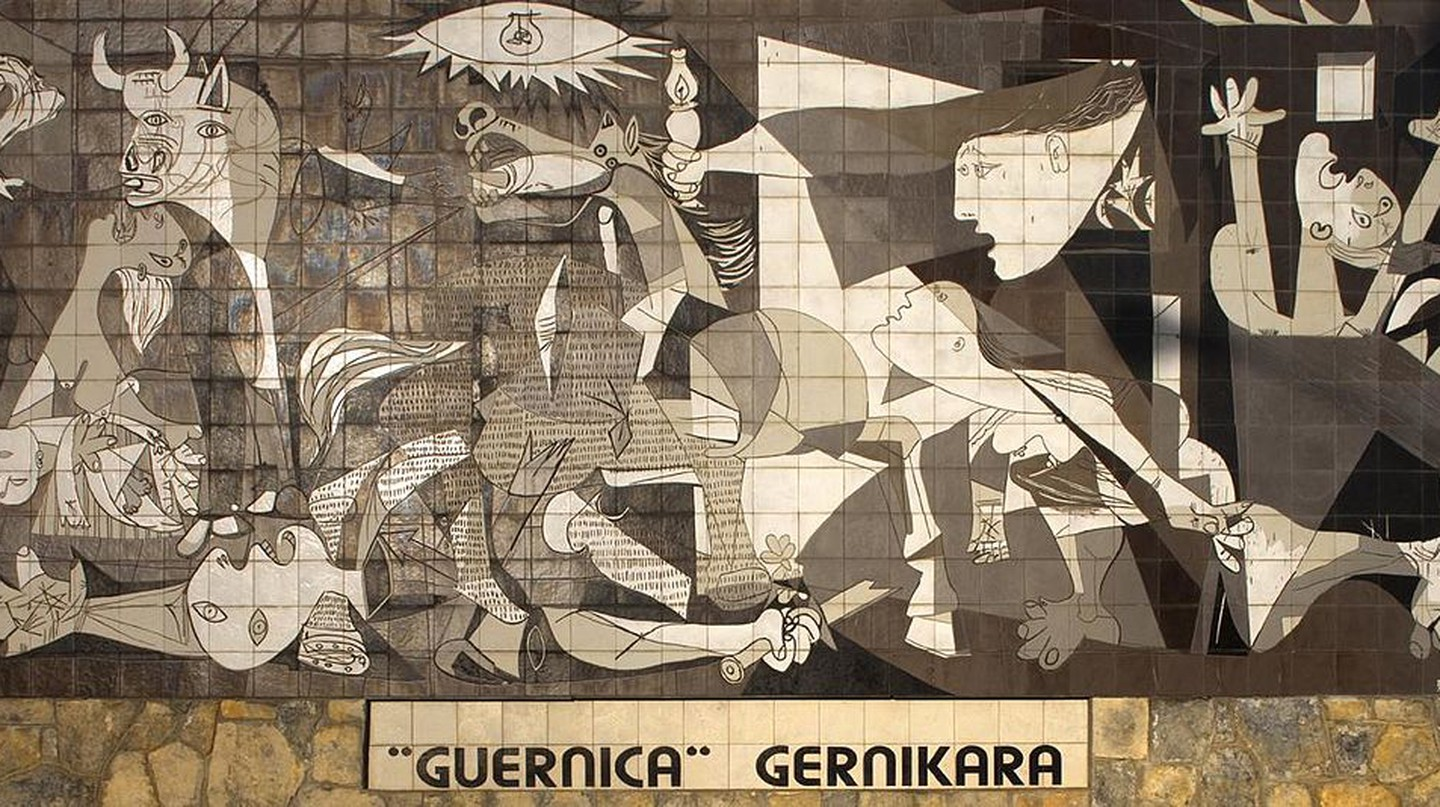 A mural of Picasso's famous Guernica painting in the town of Guernica, Spain |© Papamanila/Wikimedia Commons