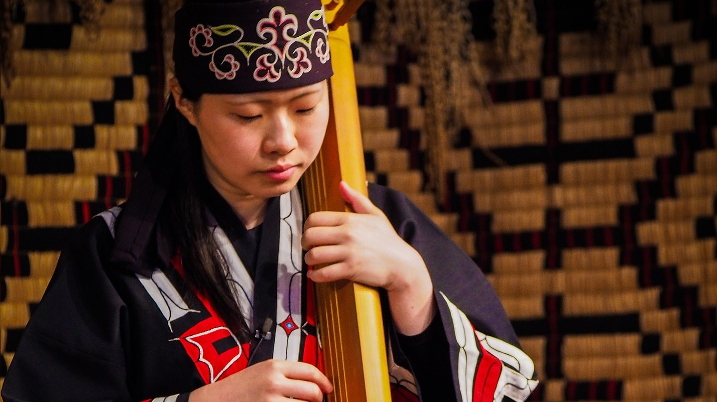 Ainu woman playing an instrument | © XonLoke/Pixabay