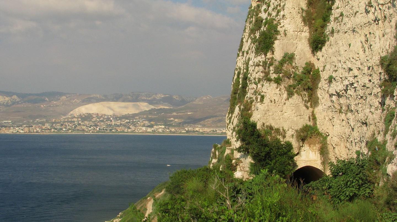 Sea Road, Chekka  © Evilscaught / Wikimedia Commons