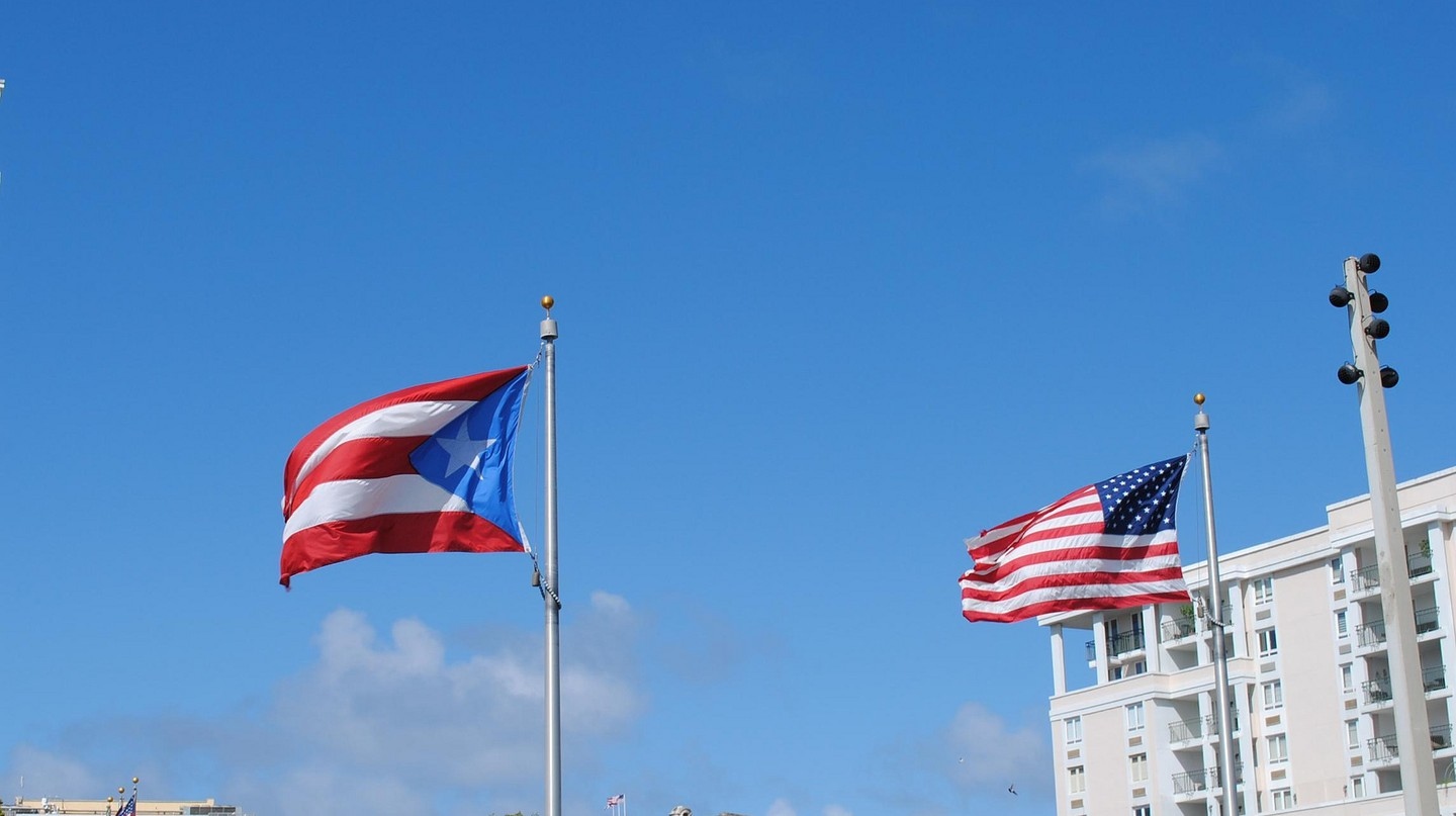 Puerto Rico and United States flags | © Lee Cannon/ Flickr