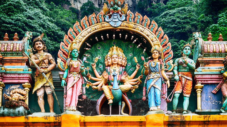 A Hindu temple at the Batu Caves in Kuala Lumpur   © r.nagy / Shutterstock