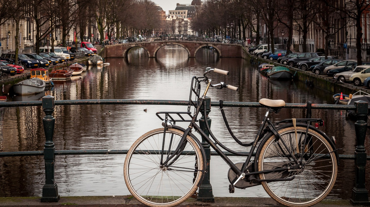 A bike next on Amsterdam's canal ring | © Fred PO / Flickr
