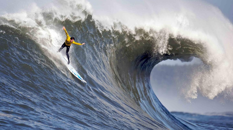 Surfing   © Shalom Jacobovitz / WikiCommons