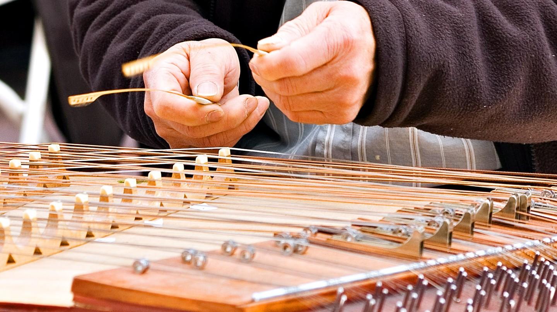 Man playing dulcimer | © Alex Stoll / Flickr