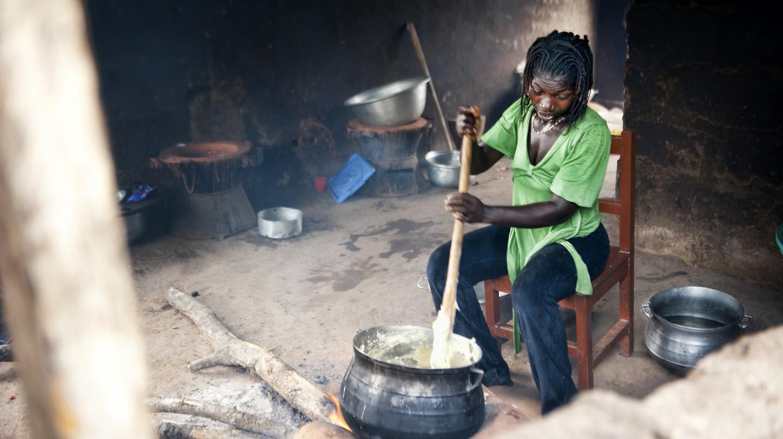 Woman making Banku, (c) Ben Grey / Flickr