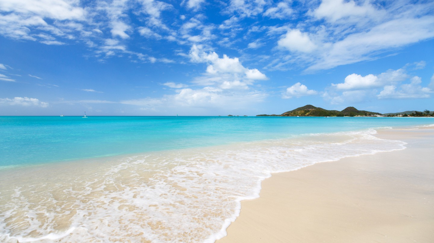 Tropical beach, Antigua | © BlueOrange Studio/Shutterstock