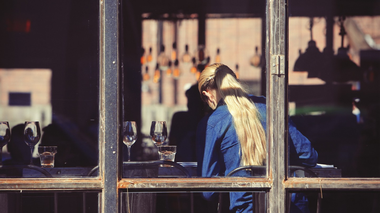 Server in restaurant | © StockSnap / Pixabay