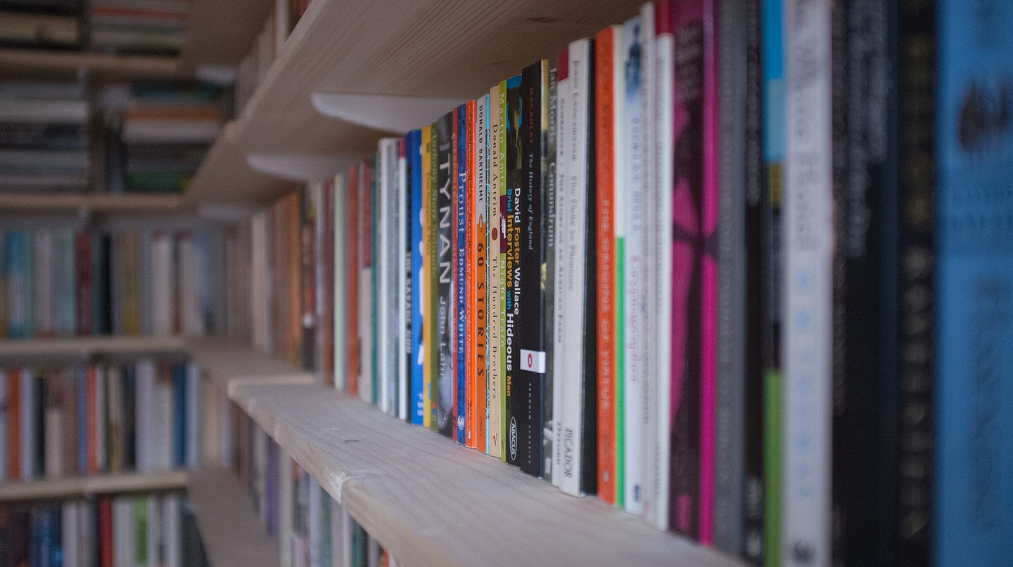 Shelves full of books | © Andy Lamb/ Flickr