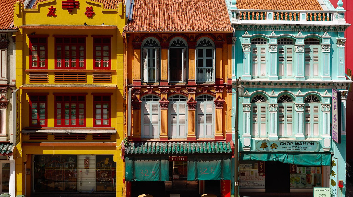 https://commons.wikimedia.org/wiki/File:Traditional_shophouses_in_Upper_Cross_Street,_Chinatown,_Singapore_(17161367876).jpg