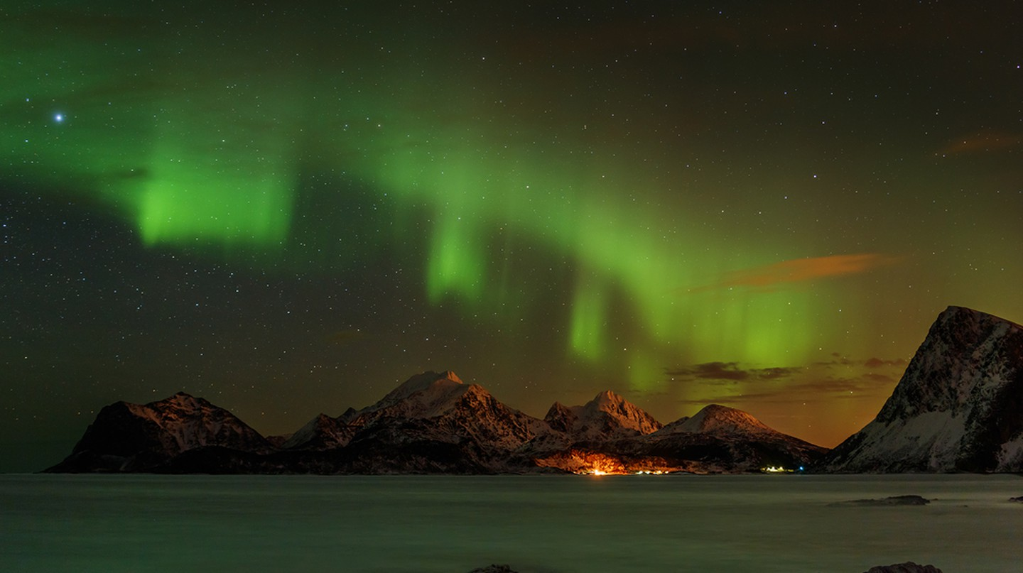 An aurora borealis over the mountains in the Lofoten islands, Norway | ©Vadim Petrakov/Shutterstock