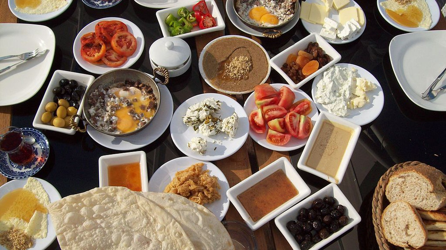 Turkish Breakfast |© Tanyel / Wikimedia Commons