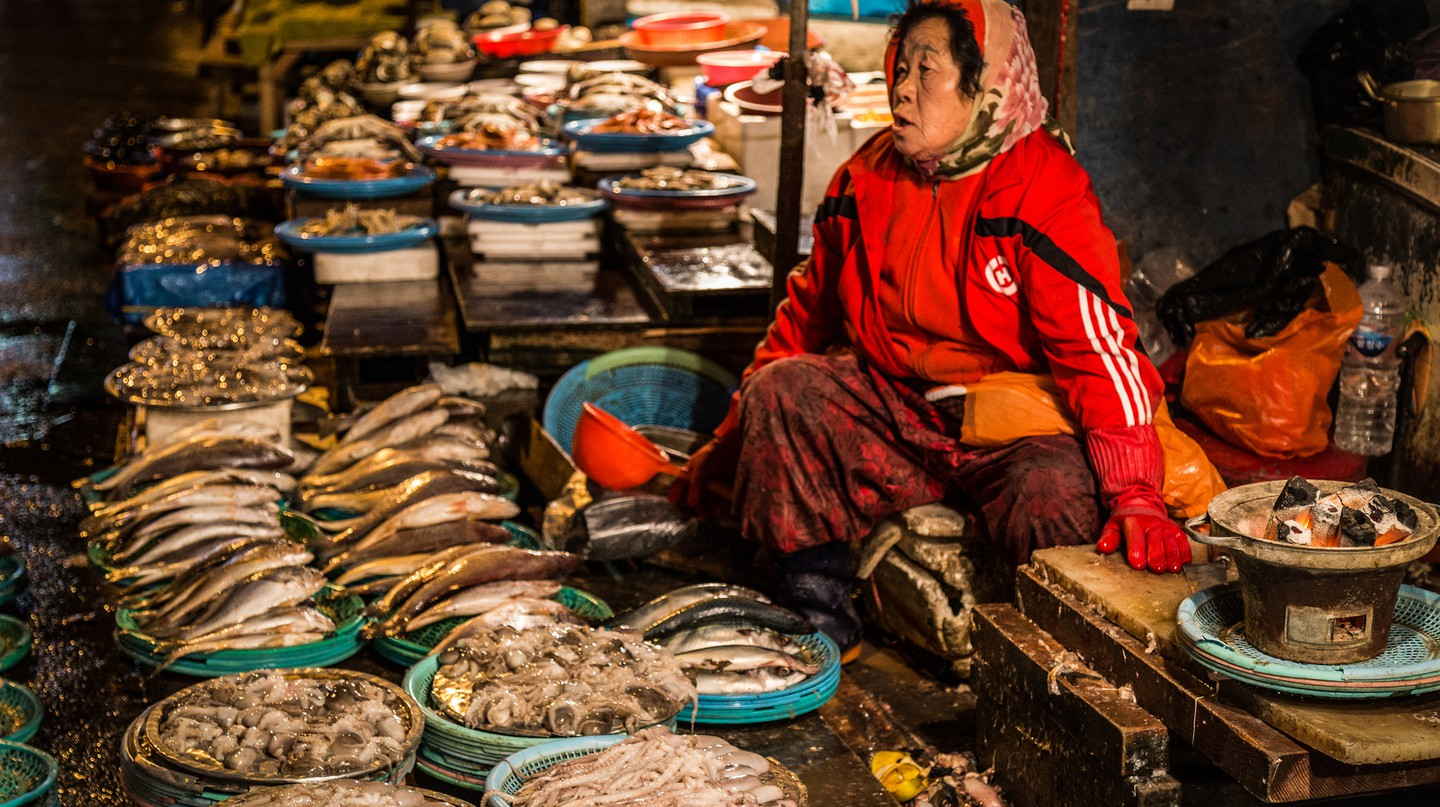 Vendor at a Korean fish market | © Ryan Bodenstein / Flickr