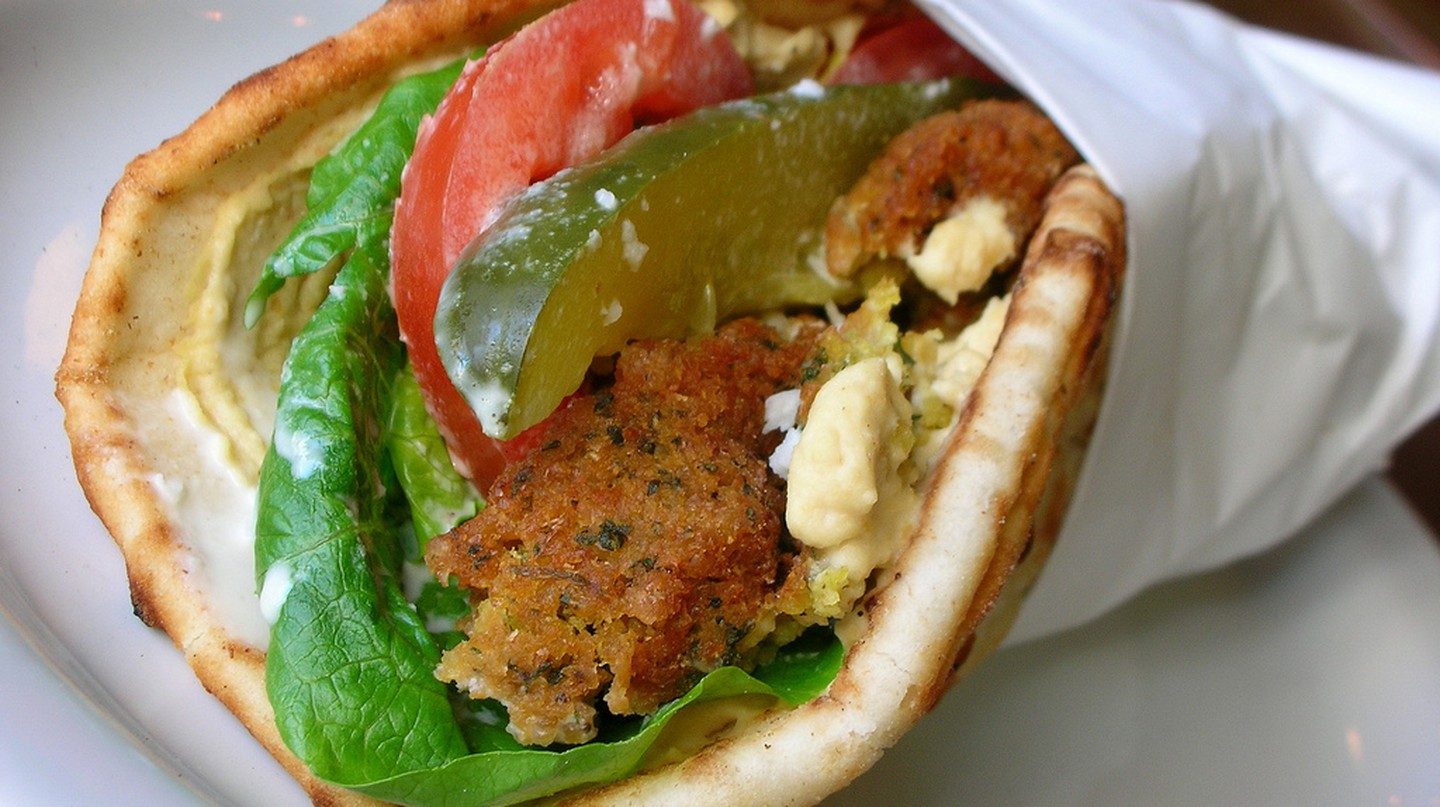 Falafel wrap with hummus, tomato, romaine & cucumber | © Lara604/Flickr