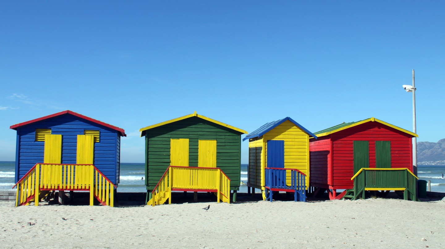 Colorful beach huts on Muizenberg Beach © Flowcomm/Flickr
