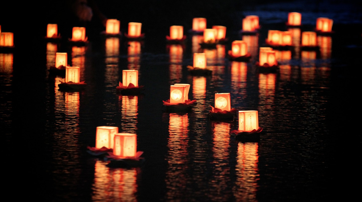 Lanterns on the water | © MIKI Yoshihito/Flickr