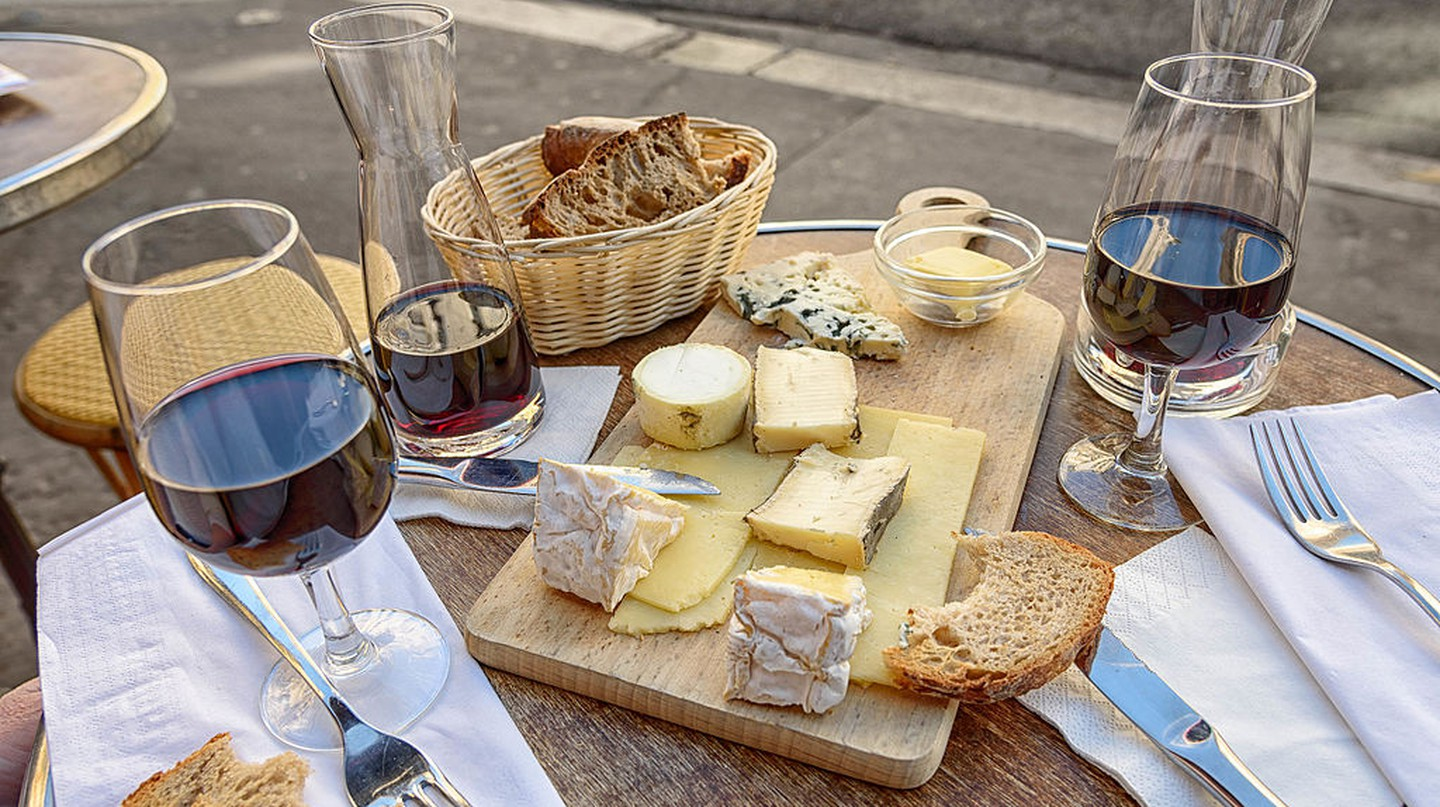 Cheese and wine in Paris │© Joe deSousa / Wikimedia Commons