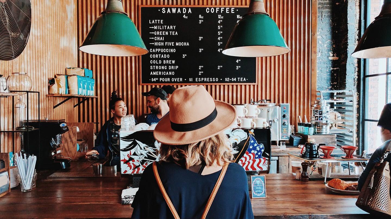 """<a href=""""https://pixabay.com/en/adult-bar-coffee-machine-1846748/"""" target=""""_blank"""" rel=""""noopener noreferrer"""">Coffee shop l Pexels / Pixabay</a>"""