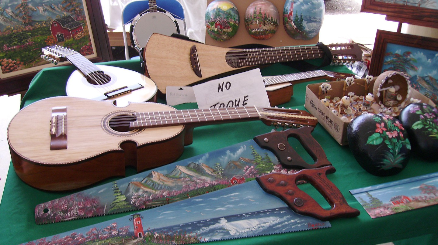 Instruments and artwork at San Sebastian's Plaza del Mercado | © William Rivera/ Flickr