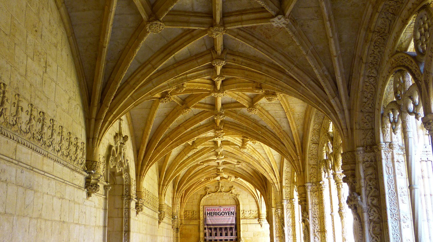 A corridor of the Jerónimos Monastery © Pixabay
