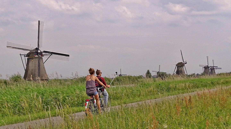 Cyclists riding through Kinderdijk Mill Network | © pixabay