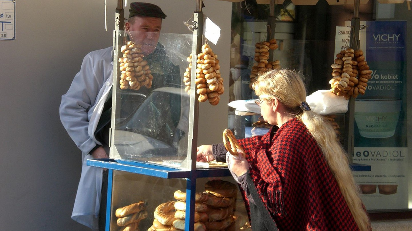 Guy selling pretzels in Cracow | © generale/Flickr