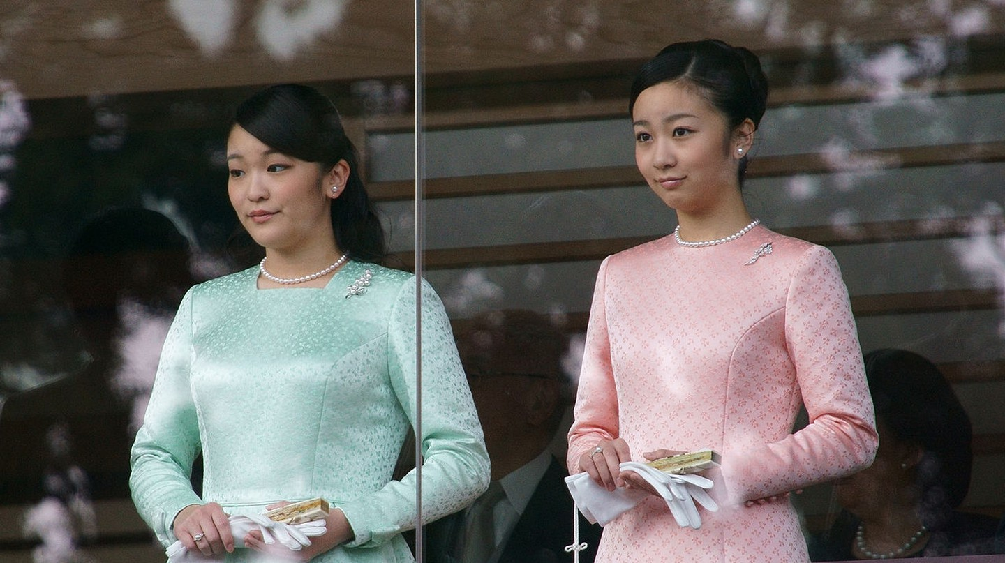 Princess Mako (left) and Princess Kako (right) during the New Year Greeting 2015 at the Tokyo Imperial Palace | © Kounosu1 / Wikimedia Commons