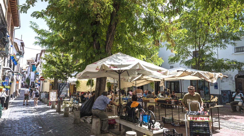 Plaza Larga market, Granada I © J2R/Shutterstock