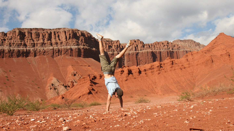 Traveler doing a handstand in Las Conchas, Salta, Argentina | ©Ari Bakker / Flickr